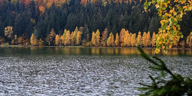 Lacul Sfânta Ana şi Tinovul Mohoş, asaltate de turişti la început de Brumărel