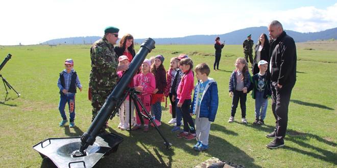 """Peste 200 de vizitatori cu ocazia """"Zilei Porţilor Deschise"""" la Brigada 61 Vânători de Munte """"General Virgil Bădulescu"""""""