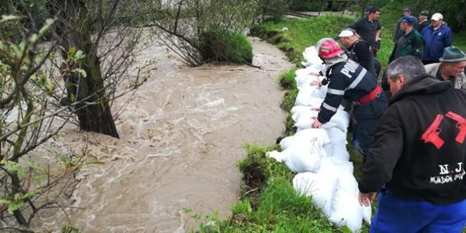 <h5><i>Efectele codului portocaliu de luni seara:</i></h5>Patru persoane evacuate, aproximativ 80 de pivniţe inundate, drumuri blocate