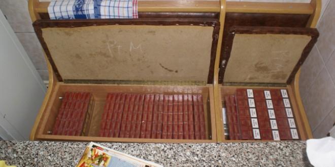 Peste 220 de pachete de ţigări au fost confiscate de poliţişti după mai multe percheziţii domiciliare
