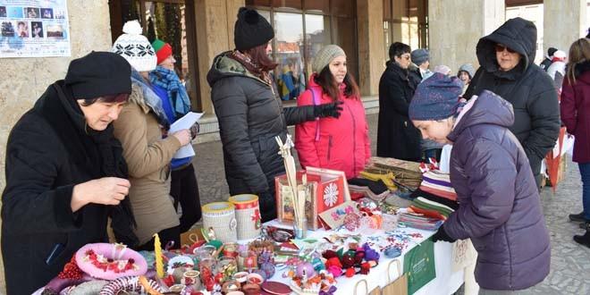 Sute de produse expuse la tradiţionalul Târg destinat persoanelor cu dizabilităţi