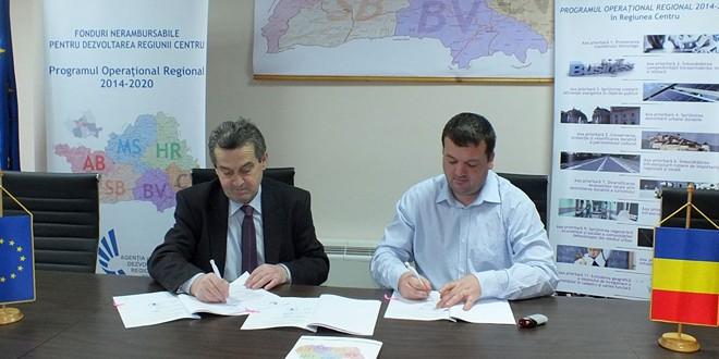 Au fost semnate contractele de finanţare pentru reabilitarea termică a şase blocuri din Bălan şi a sediului primăriei din Sândominic