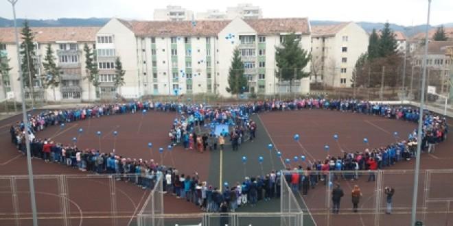 O inimă formată din 750 de elevi, solidari cu colegii lor autişti, de Ziua Internaţională a Conştientizării Autismului