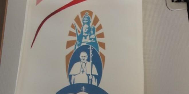 Veşmintele liturgice-unicat pentru liturghia Papei de la Şumuleu, purtând simboluri religioase ale Transilvaniei, sunt confecţionate la un mic atelier de croitorie din Leliceni