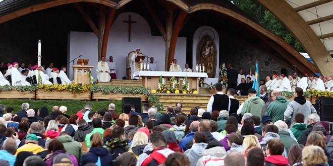 """Papa Francisc: """"Pelerinajul aparţine moştenirii Transilvaniei, dar aduce cinstire tradiţiilor româneşti şi ungureşti deopotrivă"""""""