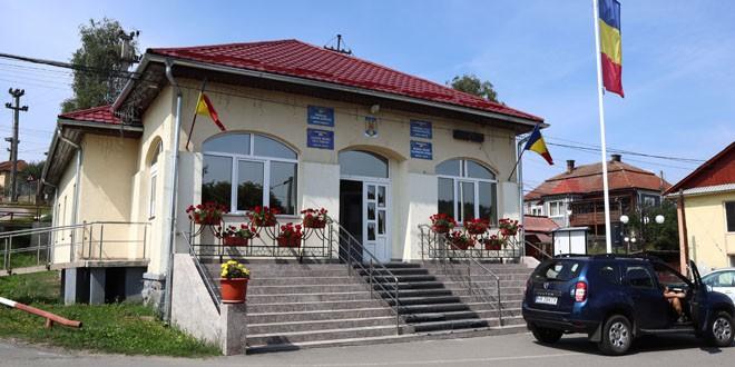 <h6><i>De vorbă cu primarul Radu Ţăran despre Gălăuţaş (II)</i></h6>Primăria comunei întinde o mână de sprijin liceenilor: transport gratuit pentru 64 de elevi care merg la liceele topliţene