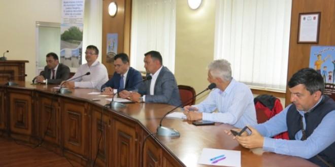 Ieri, la Topliţa:Dialog intens al primarilor şi antreprenorilor din zona de nord cu ministrul pentru Mediul de Afaceri, Comerţ şi Antreprenoriat