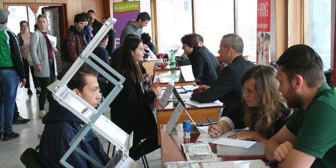 Aproape 250 de persoane au participat la bursa locurilor de muncă, doar două au fost angajate, în meseriile de tâmplar şi lucrător comercial