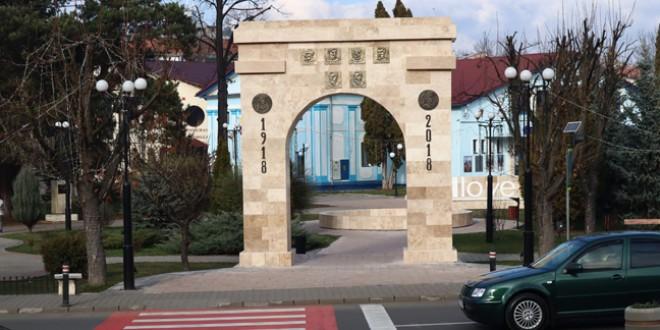 <h6><i>Manifestări dedicate Zilei Naționale a României organizate la Topliţa</i></h6>  Depuneri de coroane la Monumentul de la Secu, masă câmpenească cu sarmale şi fasole în centrul municipiului