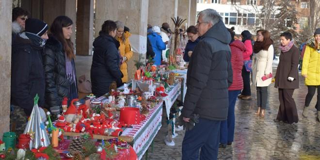 Sute de produse expuse la tradiţionalul Târg al Persoanelor cu Dizabilităţi