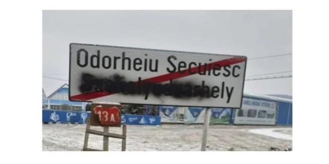 A fost identificat cel care a vopsit indicatoarele rutiere scrise în limba maghiară, la intrarea în patru localităţi harghitene