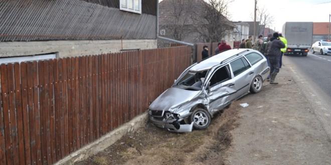 Tânără rănită, după ce mașina pe care o conducea a fost lovită de un camion