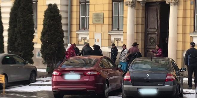 Scandal între romi, în fața Palatului Justiției din Miercurea Ciuc