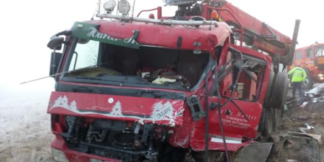 Coliziune între două camioane pe DN 13B