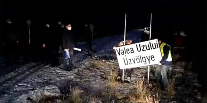 Consiliul Judeţean Harghita a amplasat indicatoare de localitate bilingve la intrările în Valea Uzului