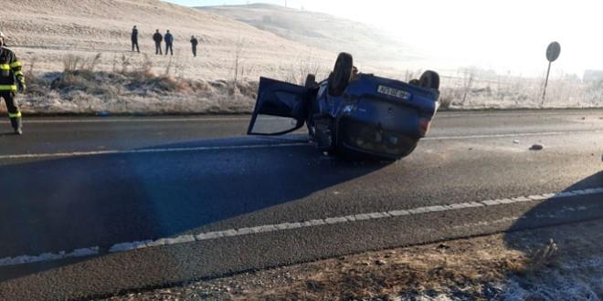 <h5><i>Astăzi dimineață, pe E 578, în apropiere de Sâncrăieni</i></h5>S-a răsturnat cu mașina în timp ce efectua o depășire