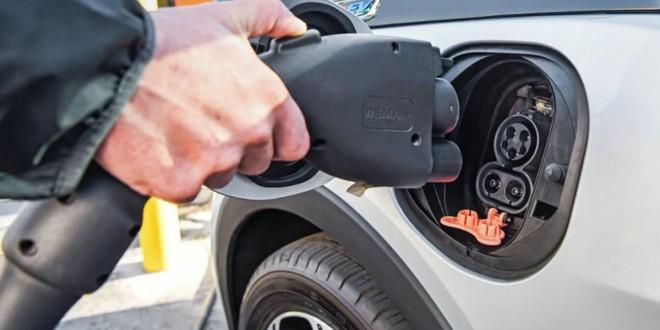Lipsa infrastructurii necesare funcţionării descurajează achiziţionarea maşinilor electrice în Harghita
