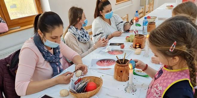 Livezi: Atelier de încondeiat ouă, organizat de o asociaţie care îşi propune să reînvie tradiţiile specifice locului
