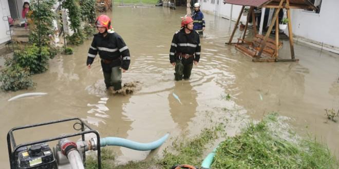 Ploi torențiale, viituri și zeci de gospodării inundate