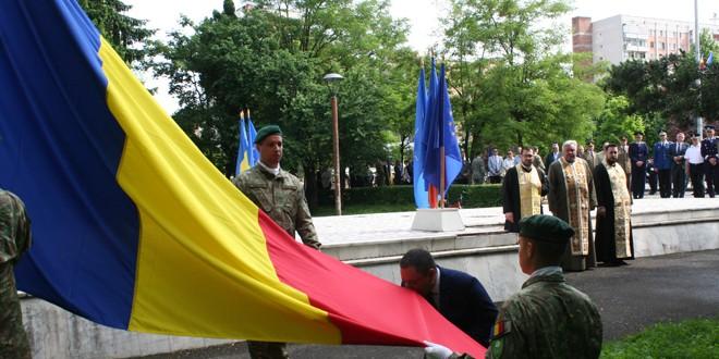 """<h5><i>Ziua Drapelului Național, sărbătorită și în Miercurea Ciuc</i></h5> Prefectul județului: """"Trebuie să avem un profund sentiment de mândrie când vedem drapelul arborat în locurile publice, în țară şi în afara graniţelor, (…) ca însemn al unităţii şi coeziunii naţionale, al onoarei şi gloriei"""""""