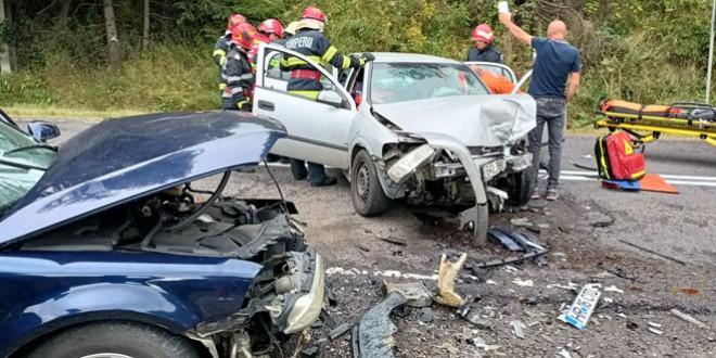 <h5><i>Accident rutier în municipiul Toplița</i></h5>Trei persoane, dintre care una încarcerată, au avut nevoie de asistență medicală