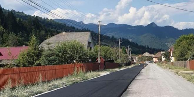 <h5><i>După zeci de ani de aşteptare şi multe promisiuni:</i></h5> Se toarnă primul strat de asfalt pe drumul judeţean 127, Tulgheş – Ditrău